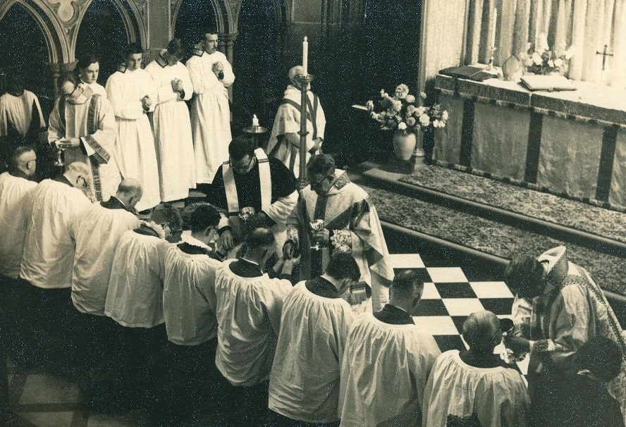 3_St-Andrewss-Communion-at-High-Altar-Choir-and-Servers
